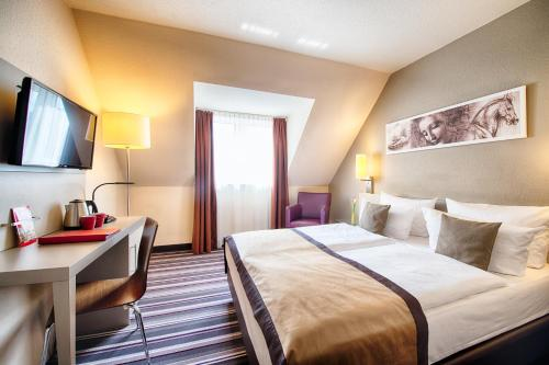 Кровать или кровати в номере Leonardo Hotel Mannheim-Ladenburg