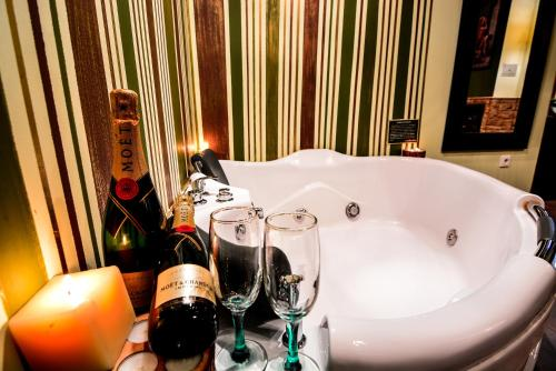 Ένα μπάνιο στο Camelia Suites