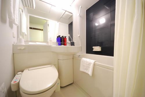 A bathroom at Sotetsu Fresa Inn Hamamatsucho-Daimon