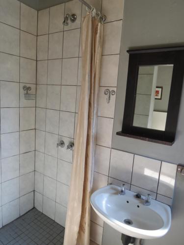 A bathroom at De Villas Guesthouse