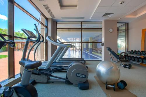 The fitness centre and/or fitness facilities at DoubleTree by Hilton Hotel Sighisoara - Cavaler