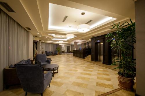 The lounge or bar area at DoubleTree by Hilton Hotel Sighisoara - Cavaler