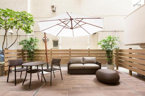 A seating area at HOTEL MYSTAYS Gotanda