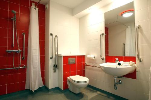 Ein Badezimmer in der Unterkunft Travelodge Torrelaguna