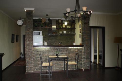 Лаундж или бар в Apartments on Alleya Geroyev 4