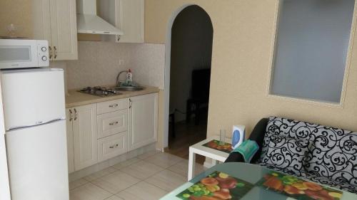 A kitchen or kitchenette at Apartment Kaliningradskiy