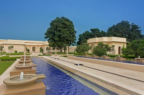 The swimming pool at or close to The Oberoi Sukhvilas Spa Resort, New Chandigarh