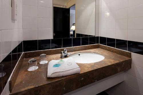 A bathroom at Britannia Hotel Birmingham New Street Station Birmingham