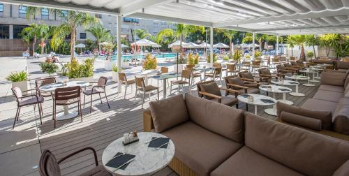 A restaurant or other place to eat at Melia Lebreros