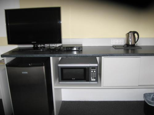 A kitchen or kitchenette at Darlot Motor Inn