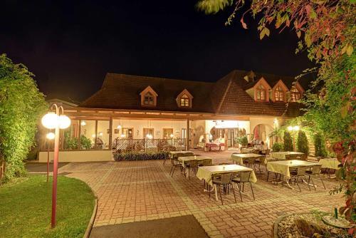 Ein Restaurant oder anderes Speiselokal in der Unterkunft Familien Hotel Krainz