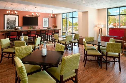 A restaurant or other place to eat at Hampton Inn Kanab