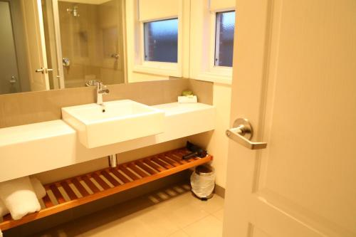 A bathroom at Allansford Hotel Motel