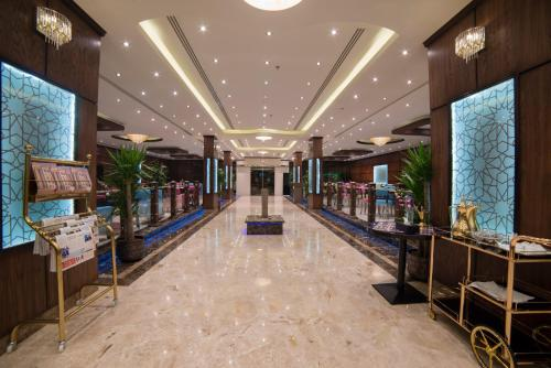 Um restaurante ou outro lugar para comer em Golden Bujari Hotel Al Khobar