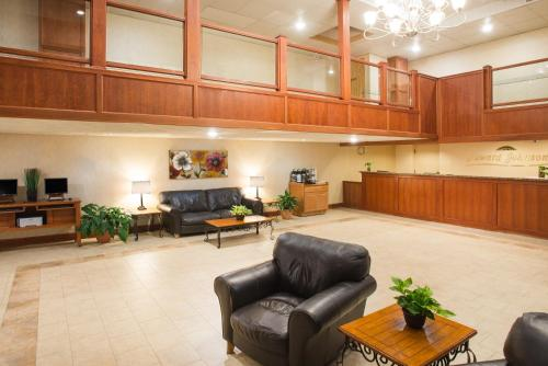 The lobby or reception area at Howard Johnson by Wyndham South Portland