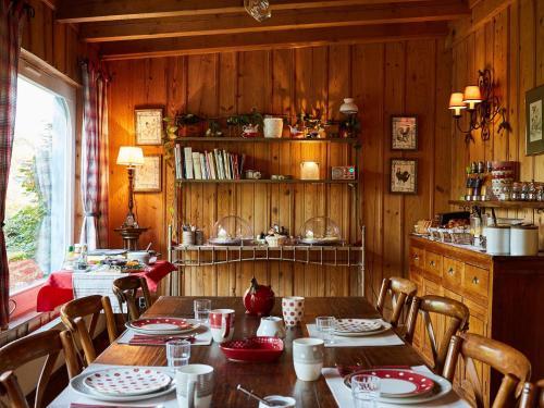 A restaurant or other place to eat at Les Prés D'ondine