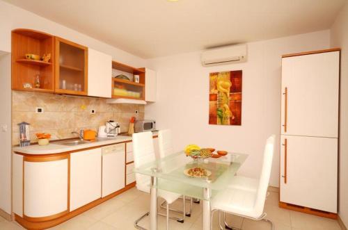 Kuchyňa alebo kuchynka v ubytovaní Apartment Smile Podstrana