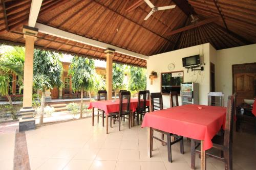 A restaurant or other place to eat at Jepun Bali Bungalow
