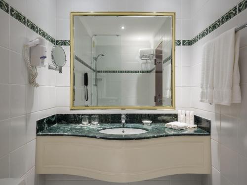 Um banheiro em Radisson Blu Hotel, Yanbu