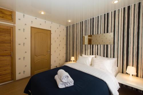 Кровать или кровати в номере Апартаменты на Землянском переулке 3