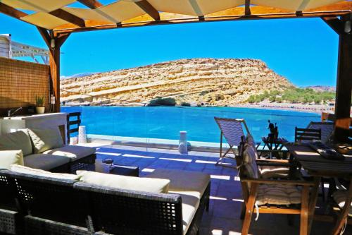 A restaurant or other place to eat at Matala Caves Seafront Apartment