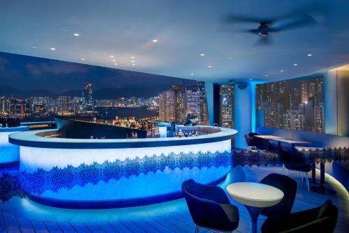 Het zwembad bij of vlak bij The Park Lane Hong Kong, a Pullman Hotel