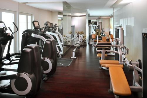 Фитнес-центр и/или тренажеры в Dubai Marriott Harbour Hotel And Suites