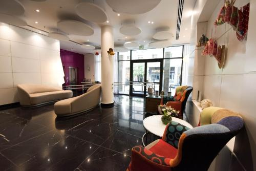 The lounge or bar area at Eyal Hotel by Smart Hotels