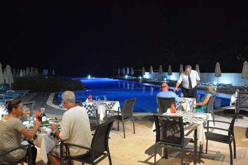Een restaurant of ander eetgelegenheid bij Zorbas Beach Hotel