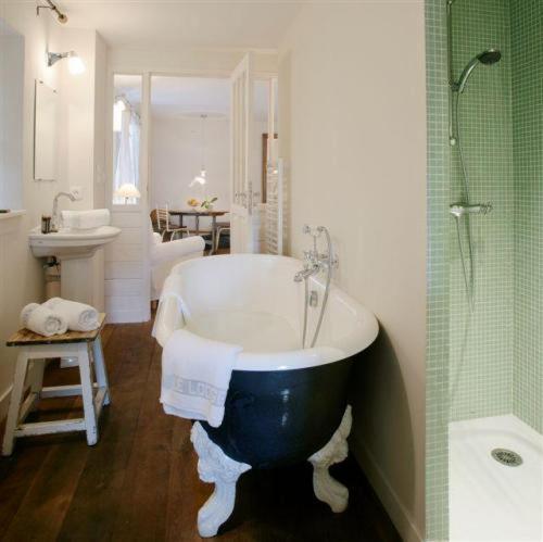 A bathroom at Le Lodge Kerisper