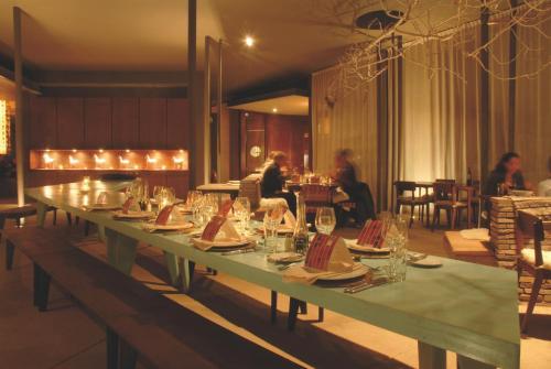 Un restaurante o sitio para comer en Tierra Atacama Hotel & Spa
