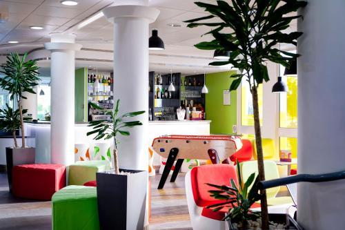 Salon ou bar de l'établissement Ibis Styles Lyon Villeurbanne Parc de la Tête d'Or