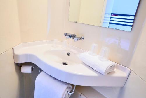 Salle de bains dans l'établissement Premiere Classe Paris Ouest - Nanterre - La Defense
