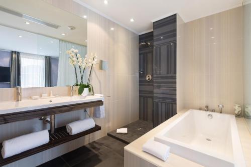 A bathroom at Best Western Plus Hôtel Massena Nice