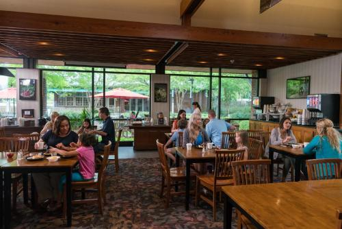 A restaurant or other place to eat at Williamsburg Woodlands Hotel - A Colonial Williamsburg Hotel