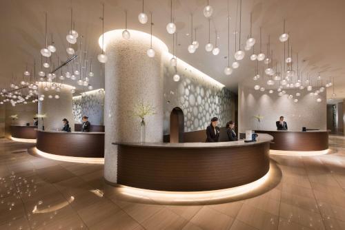Area lounge atau bar di Hilton Tokyo Bay