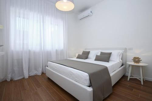 A bed or beds in a room at Starhost - GOLDEN APARTMENTS