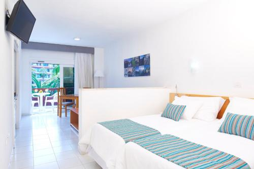 A bed or beds in a room at Coral Teide Mar