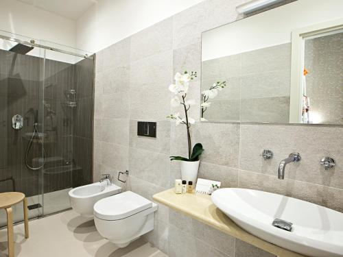 A bathroom at Parthenope Suite