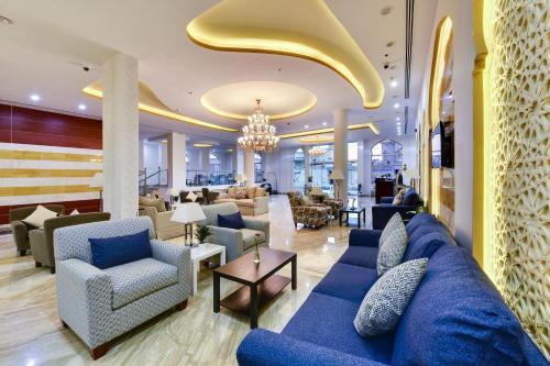 O lounge ou bar de Golden Dune Hotel & Suite