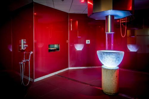 A bathroom at Fletcher Wellness-Hotel Leiden