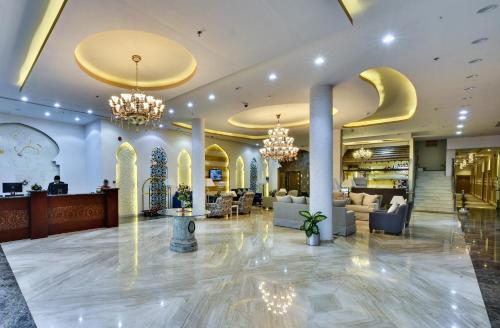 O saguão ou recepção de Golden Dune Hotel & Suite