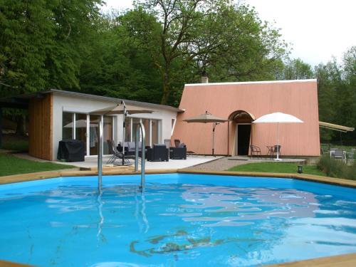 Piscine de l'établissement Luxurious Holiday Home in Delain with Jacuzzi ou située à proximité