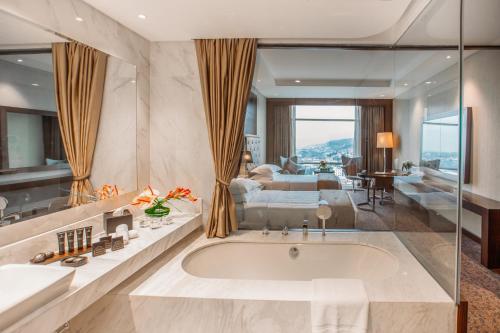حمام في The Biltmore Tbilisi Hotel