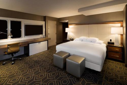 A bed or beds in a room at DoubleTree by Hilton Hotel Dallas Campbell Centre