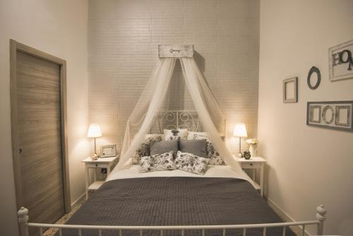 A bed or beds in a room at Elegant B&B - Il Vicolo storico