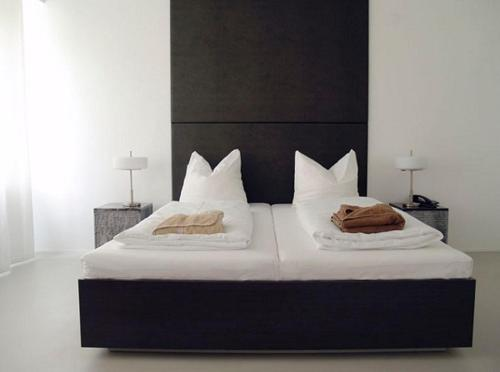 A bed or beds in a room at Hotel Mons am Goetheplatz