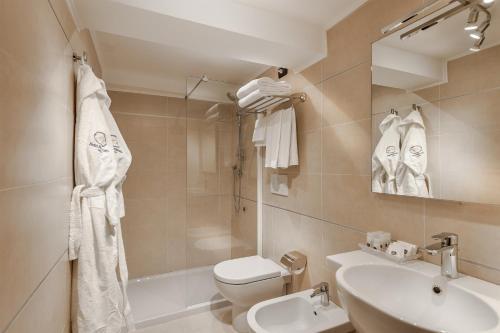 A bathroom at Hotel Montecarlo