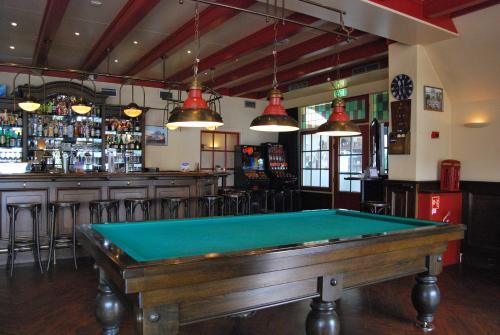 A billiards table at Hotel De Rustende Jager