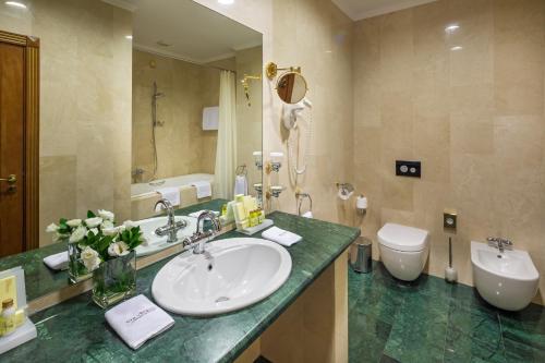 A bathroom at Congress-Park Volynskoe